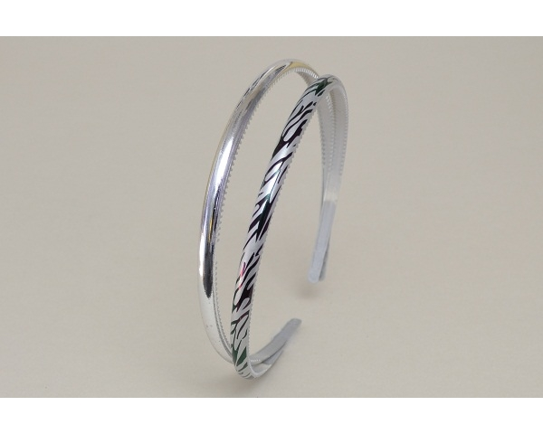 2 alice bands per card. One plain & one with zebra print. In silver.