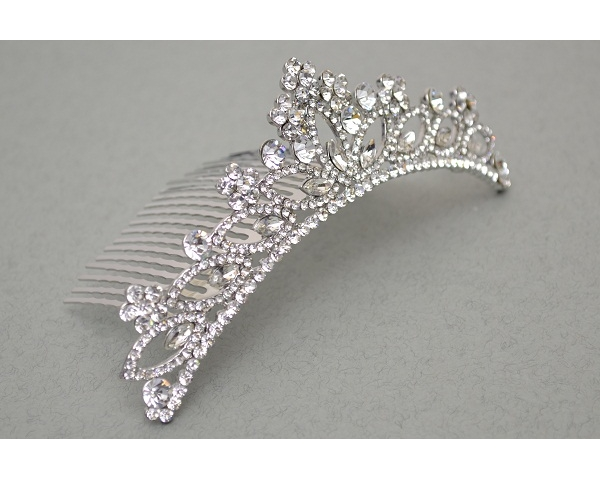 Daisy & teardrop shape crystal encrusted comb tiara. Length 13cm, height 4cm approx