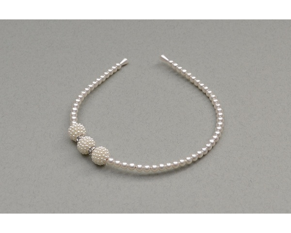 Cream pearl bead alice band with larger side bead and diamantes. Uncarded