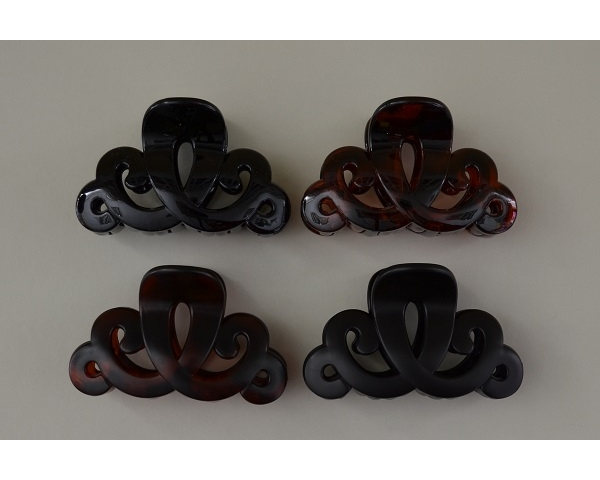 Swirly design clamp in black and brown per pack. Matt and gloss finish. 9 cm approx